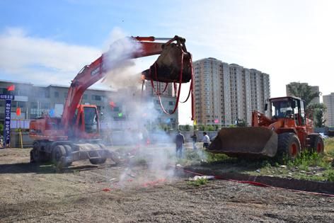 鞭炮齐鸣,学院八号公寓楼正式开工动土